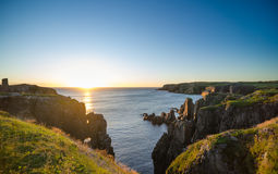 在缆绳约翰小海湾纽芬兰的剧烈的日出峭壁 在大西洋的破晓 免版税库存照片