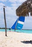 在缓慢地Cayo海岛的Playa天堂的沙滩的风船,古巴 复制文本的空间 垂直 免版税库存照片