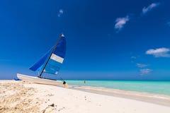 在缓慢地Cayo海岛的Playa天堂的沙滩的风船,古巴 复制文本的空间 免版税图库摄影