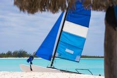 在缓慢地Cayo海岛的Playa天堂的沙滩的风船,古巴 复制文本的空间 图库摄影