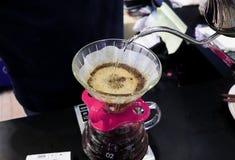 在缓慢的生活天滴下酿造为顾客的咖啡 库存照片