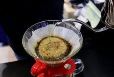 在缓慢的生活天滴下酿造为顾客的咖啡 免版税库存照片