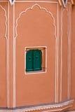 1799在编译城市被设计的谨慎表单闺房hawa印度斋浦尔mahal宫殿零件之下提供季度居民街道是妇女对视图的s 免版税库存照片