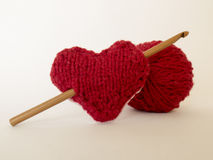 在编织与羊毛的爱的背景和勾子和心脏 免版税图库摄影