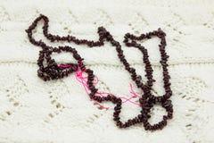 在编织的石榴石小珠 免版税图库摄影