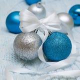 在编织背景的精采圣诞节球 免版税库存照片
