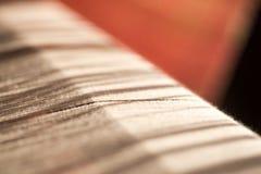 在缝合的或织机的白色丝绸螺纹, 免版税图库摄影