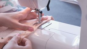 在缝纫机的妇女缝合的细节 特写镜头手 股票视频