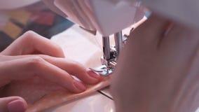 在缝纫机的妇女缝合的细节 特写镜头手 股票录像