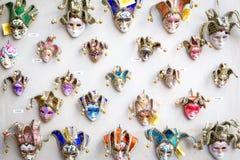 在缩样的威尼斯式小丑面具等待游人,威尼斯,意大利 免版税图库摄影