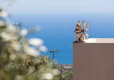 在缩样的风车在一个大阳台的基石有海视图 库存照片