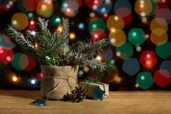 在罐和礼物盒的圣诞树在包装纸、星和pinecone在色环背景  免版税库存图片