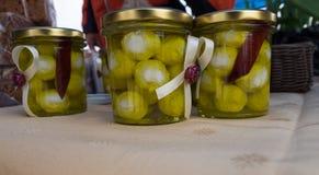 在罐头的白色山羊乳干酪小球有橄榄油的 库存照片