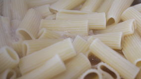 在罐烹调的意大利面团 烹调在开水的意大利面食 面团在脚趾的特写镜头煮沸 股票视频