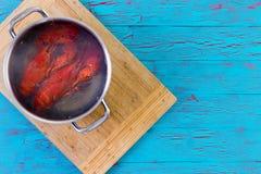 在罐的两只新近地煮沸的整个龙虾 库存照片