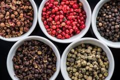 在罐的五颗不同胡椒种子, 库存照片