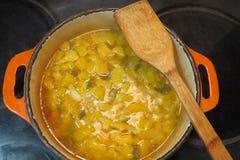 在罐的南瓜汤在火炉 免版税库存照片