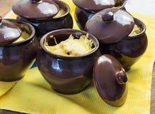 在罐的土豆用可口的乳酪 免版税库存照片