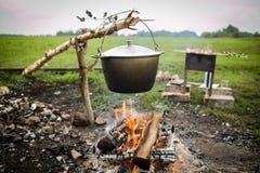 在罐的烹调鱼汤在篝火 库存图片