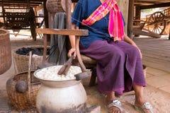 在罐的煮沸的桑蚕茧 库存照片