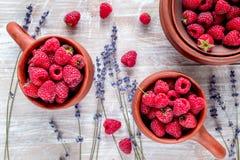 在罐的莓构成用在土气背景顶视图的干淡紫色 免版税库存照片