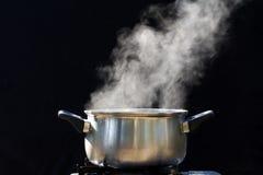 在罐的蒸汽在厨房里 免版税库存图片