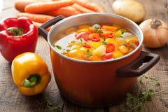 在罐的蔬菜汤 免版税库存图片