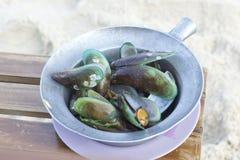 在罐的被烘烤的绿色淡菜 库存图片