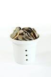 在罐的许多硬币在白色 免版税库存图片