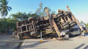 在罐车弄翻的起重机卡车 股票视频
