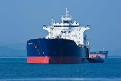 在罐车Tuchkov桥梁附近的一条小船在不冻港海湾的路  不冻港海湾 东部(日本)海 01 08 2014年 免版税库存照片