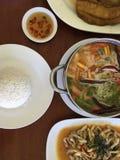 在罐,油炸物鱼,辣油煎的竹蛏机智的海鲜汤姆  库存照片