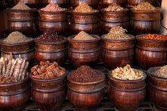 在罐,麦地那souk的马拉喀什香料 免版税图库摄影