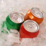 在罐头的可乐和柠檬水饮料在冰 免版税库存照片