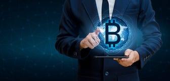在网上世界的Bitcoin块式链世界地图保安系统数字式货币财政事务 免版税库存图片