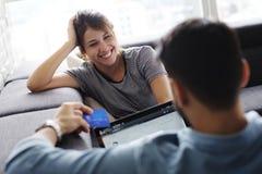 在网上买与信用卡和计算机的夫妇 免版税库存照片