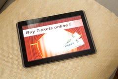 在网上买戏院票与片剂个人计算机 免版税图库摄影