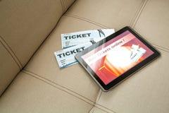 在网上买戏院票与片剂个人计算机 图库摄影