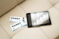 在网上买戏院票与片剂个人计算机 库存照片