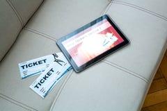 在网上买戏院票与片剂个人计算机 免版税库存图片