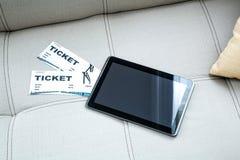 在网上买戏院票与片剂个人计算机 免版税库存照片