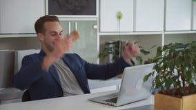 在网上人购买在信用卡的办公室薪水 股票视频