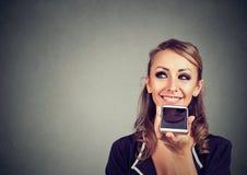 在网上使用一个聪明的电话语音识别作用的女孩 库存照片