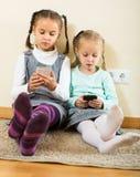 在网上使用与电话的女孩 免版税库存图片
