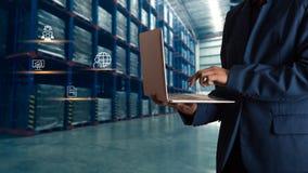 在网上使用膝上型计算机检查顺序的商人经理 库存照片