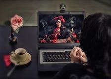 在网上做疯狂诅咒仪式的吉普赛美女 免版税库存照片
