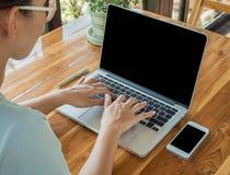 在网上关闭手使用联络企业的一台计算机 免版税图库摄影