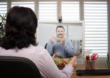 在网上吃和聊天 免版税库存图片