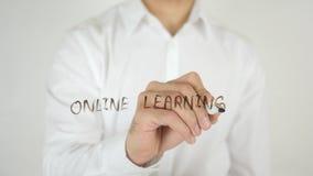 在网上学会,写在玻璃 免版税图库摄影