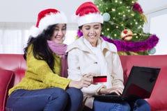 在网上定购两个俏丽的女孩圣诞节礼物 免版税库存照片